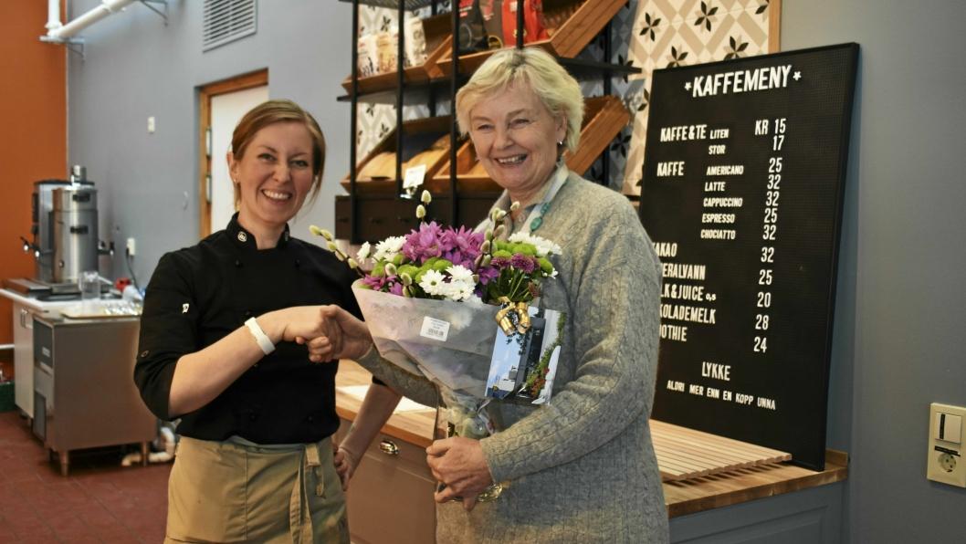 NYTT OG FLOTT: Kantinen på Høyås har fått et mindre institusjonelt preg. Her rekker virksomhetsleder Marie Rolstad blomst til ny kantineleder Christine Lynne.