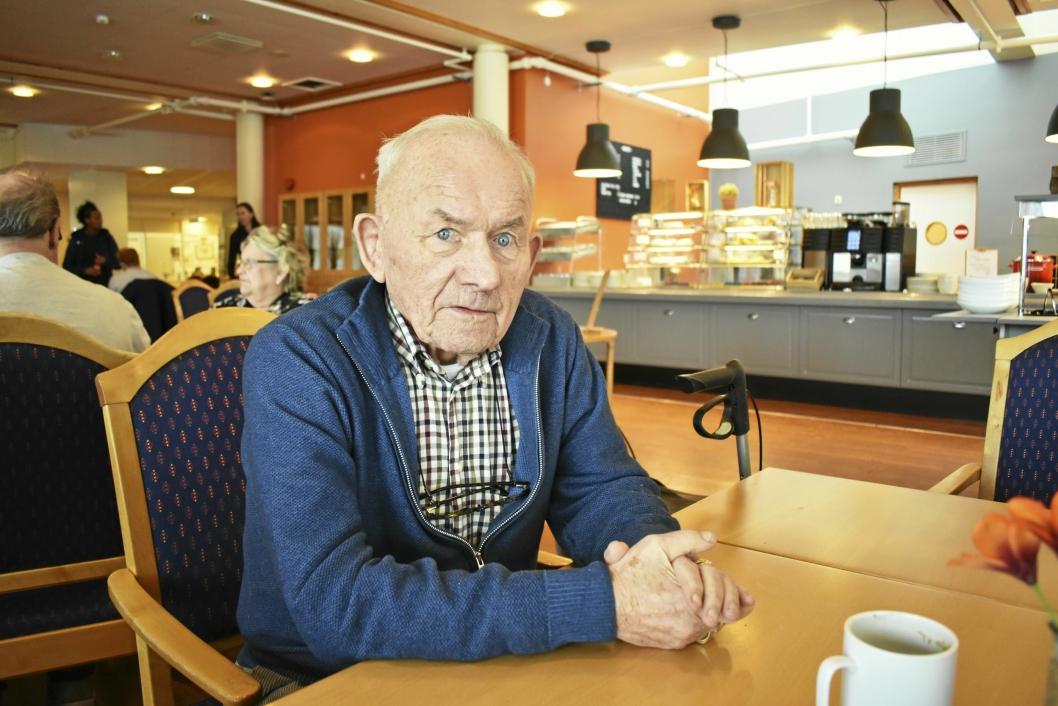 FORNØYD: Trond Vik (86) nyter en kopp kaffe og et kakestykke i den nye kantinen.