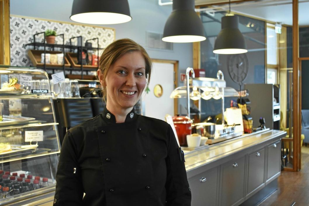 SJEFEN SJØL: Christine Lynne er ny leder av kantinen på Høyås, hvor ISS har tatt over etter den kommunale driften. Lynne pusset opp i fire dager før det endelig var klart til å åpnes.