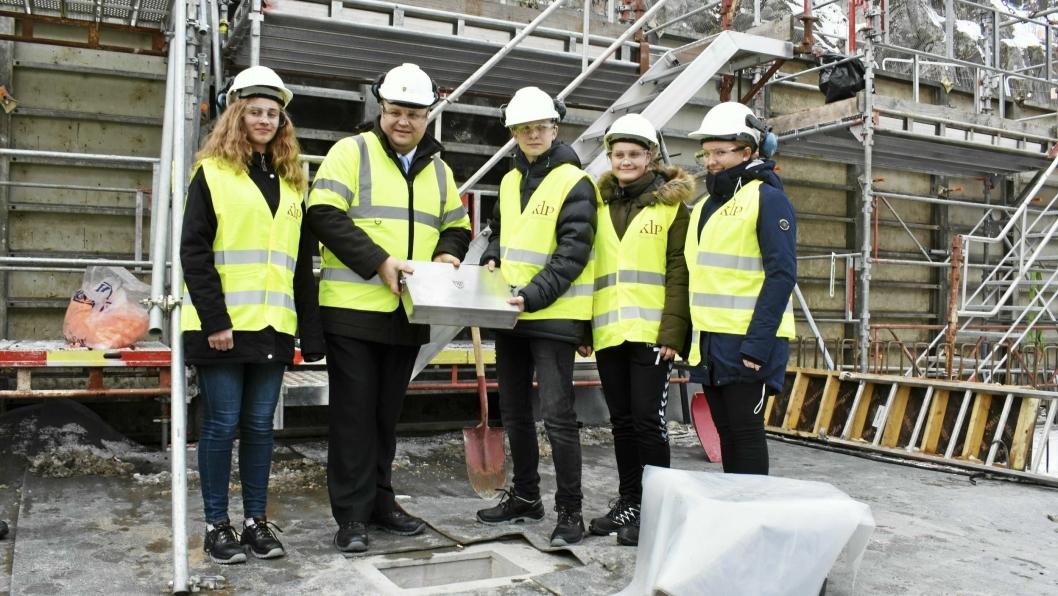 GRUNNSTEINNEDLEGGELSE: Ordfører og fire elever fra Ingieråsen skole la ned grunnsteinen fredag 9. mars.