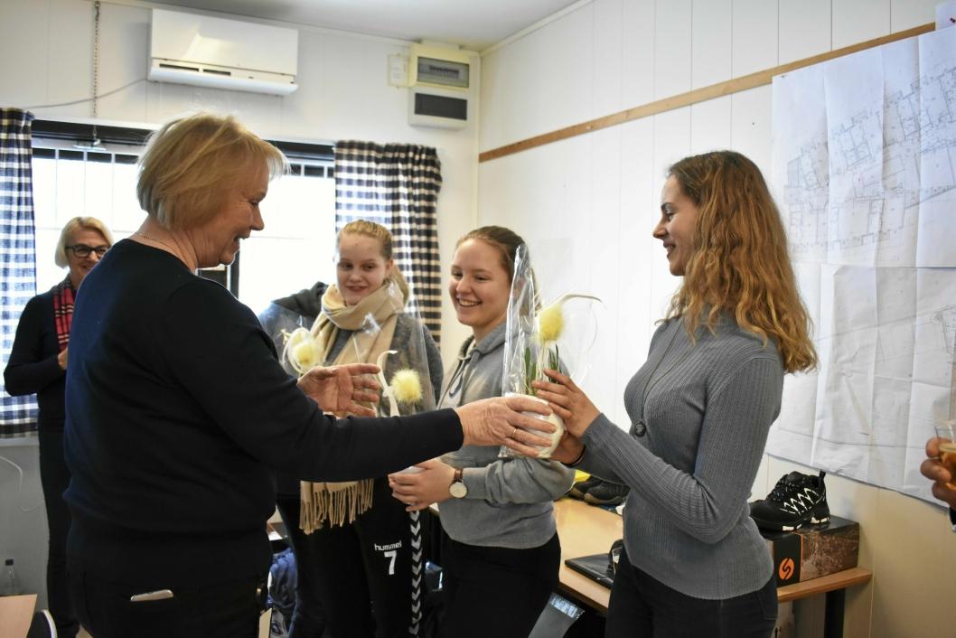 HØYTIDELIG: Det var en høytidelig seremoni i brakkene nedenfor skolen fredag 9. mars. Her mottar elevene gave fra kommunalsjef Else Karin Myhrene.
