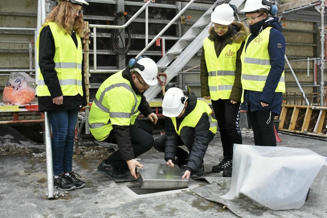 INGEN VEI TILBAKE: Ordfører og elever legger ned skrinet. Etterpå ble det dekt av sement, og senere flere tonn byggemasse.