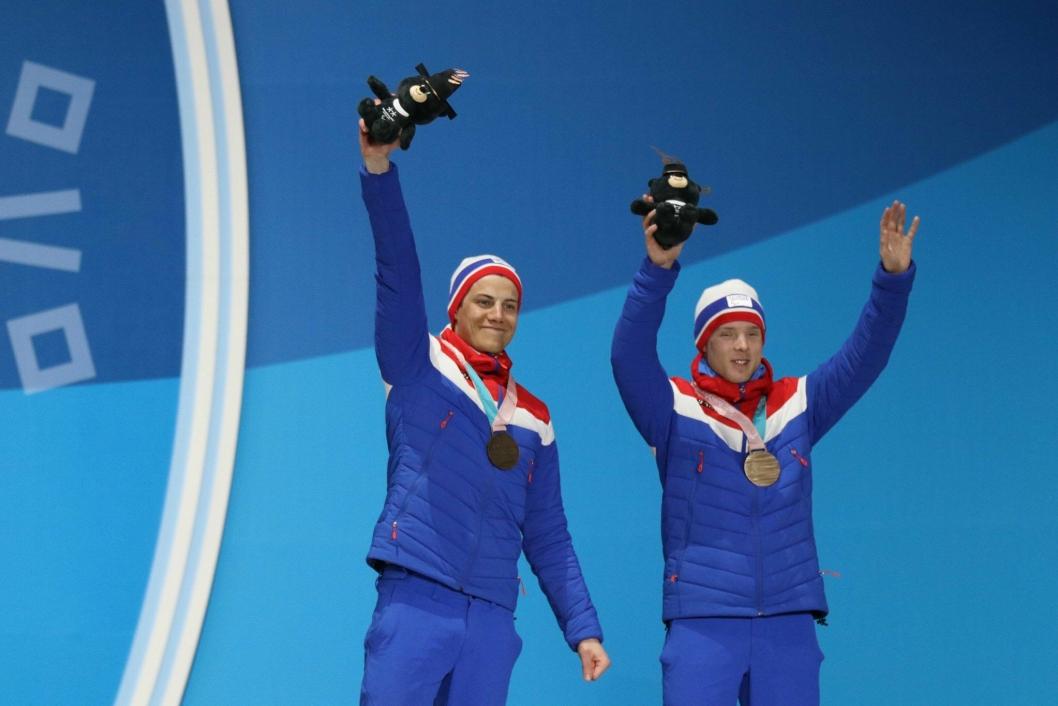 VERDIG VINNER: Her løfter ledsager Arvid Nelson og Eirik Bye hendene etter å ha mottatt sin velfortjente medalje.