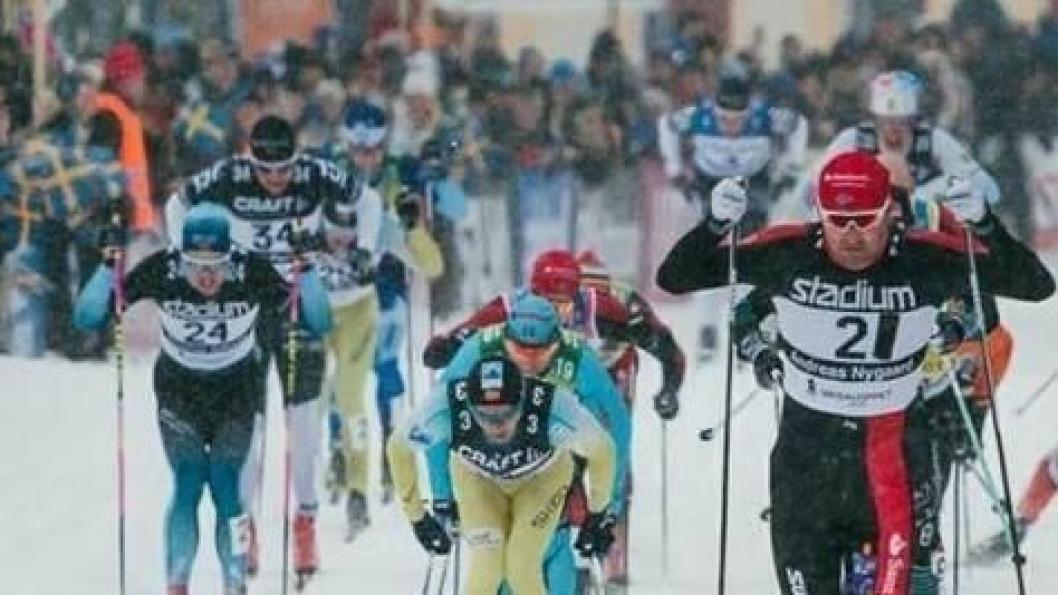I MÅL: Thomas Gifstad, til venstre i bildet med drakt nummer 24, staker seg i mål på en pen tiendeplass i Vasaloppet.