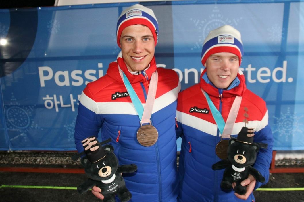 VELFORTJENT: Eirik Bye (t.h.) og ledsager Arvid Nelson fikk bronsemedalje i de paralympiske leker i PyeongChang.