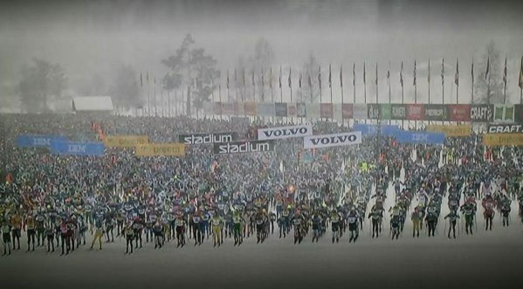 SINNSYKT: Her ser du folkehavet som deltar i Vasaloppet ut fra start. Et sted inni her er altså vår mann, Thomas Gifstad!