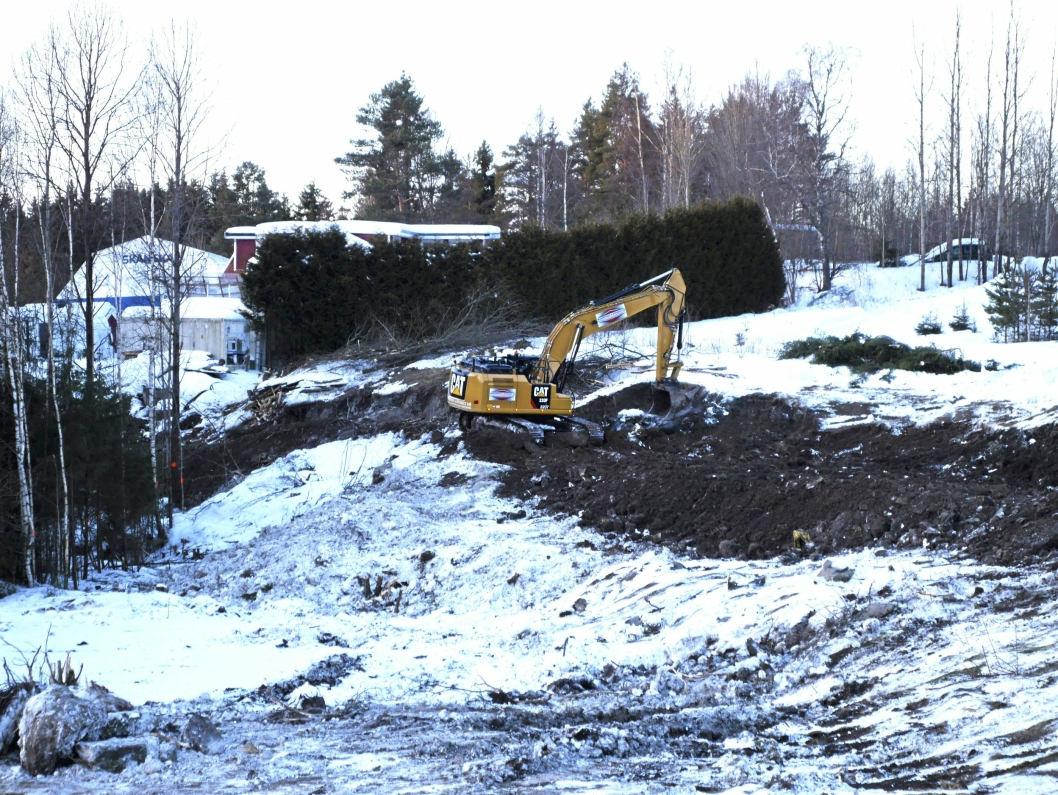 HER GRAVES DET: Gravemaskinen lager ny adkomstvei for anleggstransporten til det nye beredskapssenteret på Taraldrud.