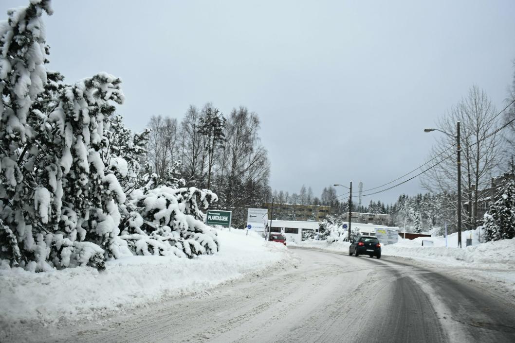 GLATT OG SNØRIKT: Denne vinteren har gitt oss både glatte og snørike veier. Overgangen til vår kan ofte by på store utfordringer.