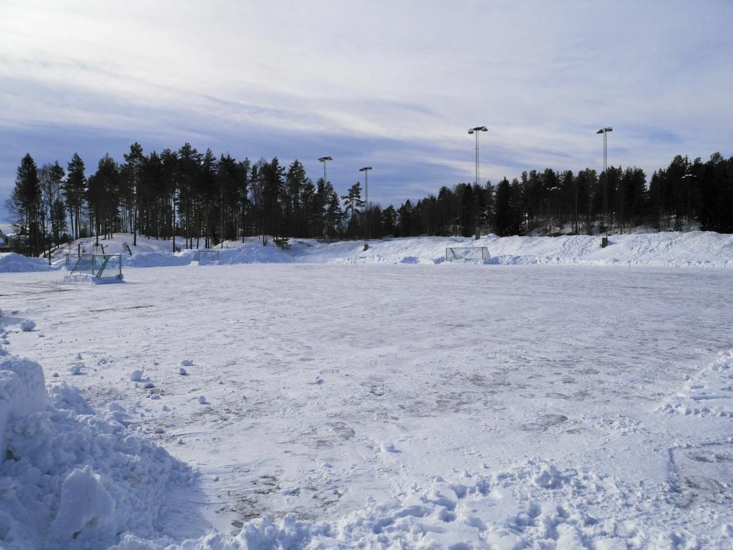 JOBBER PÅ: Grusbanene skal klargjøres for spill enn så lenge i påvente av at snøen og kulden skal forsvinne.