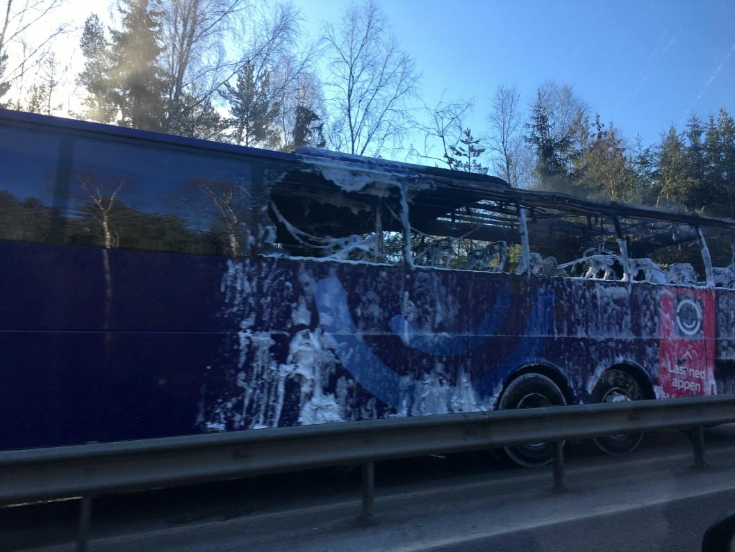 BUSSBRANN: En buss brant på morgenkvisten ved Mastemyr på E18.