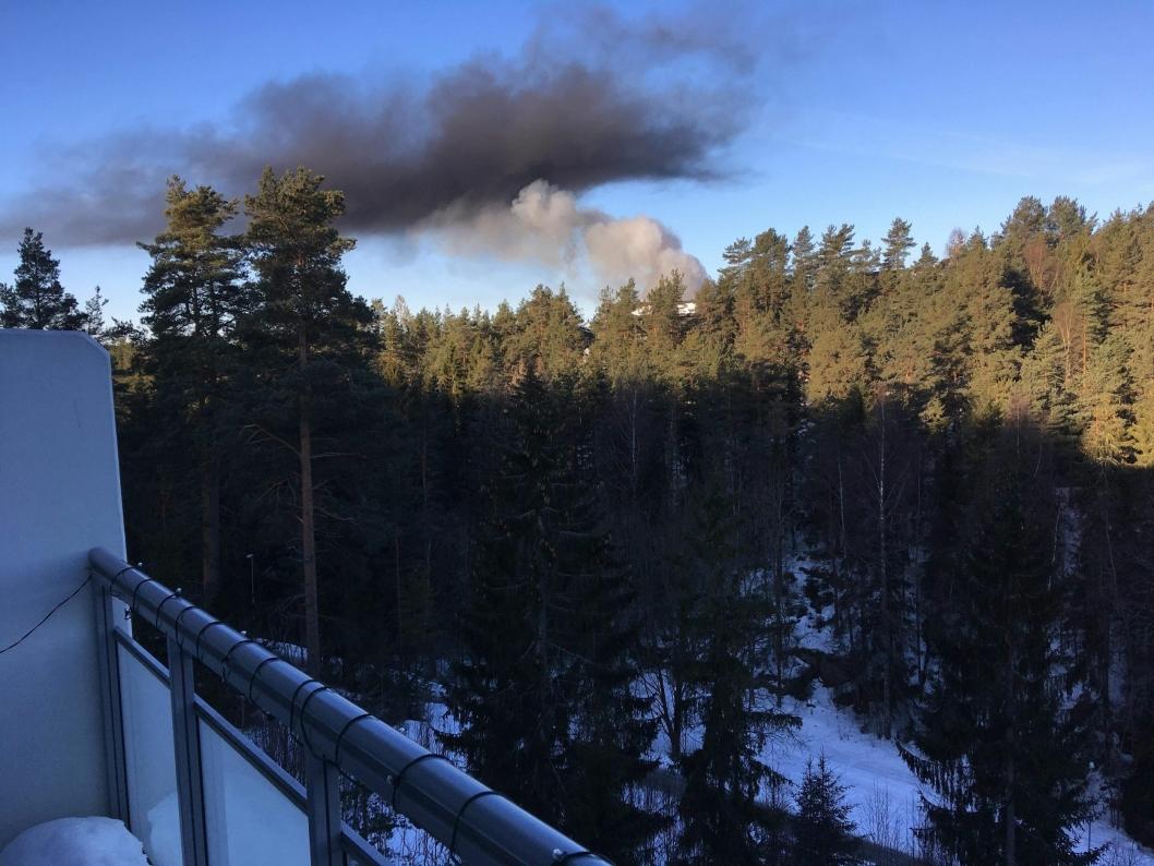 SYNLIG: Røyken var synlig fra store deler av Oppegård. Dette er utsikten fra Mellomåsveien, hvor leser Øyvind Wang , våknet til store røykskyer på himmelen.