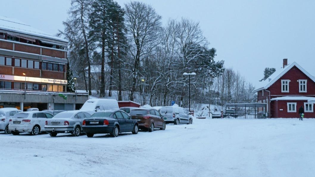 HER SKAL DET SKJE: Revyen skal avholdes her ved Oppegård stasjon og Oppegård lokalsenter. Nå ligger det snø her, men til sommeren blir det rai-rai!