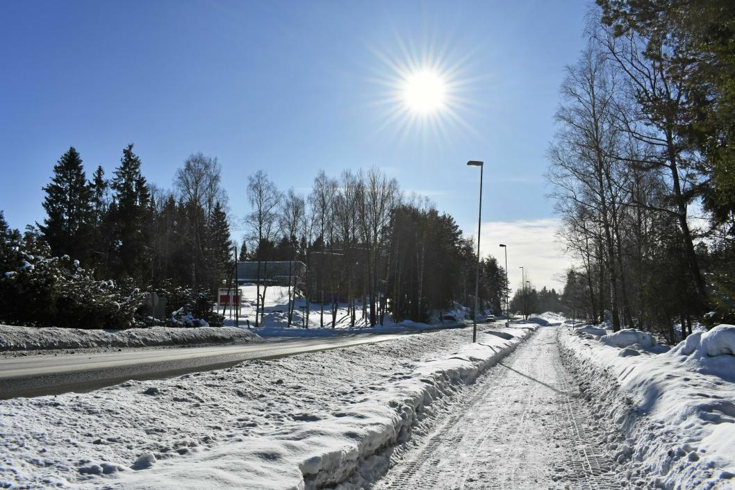 MYE SNØ: Det har vært mye snø i vinter, og det har vært mye å gjøre for brøytemannskapene. Her ser du et bilde fra tidligere i vinter. Sjekk all snøen!