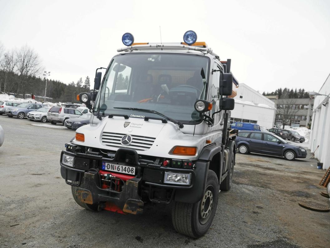 OGSÅ KLAR TIL INNSATS: Dette er en av kommunens maskiner, som nå skal ut på veien for å feie.