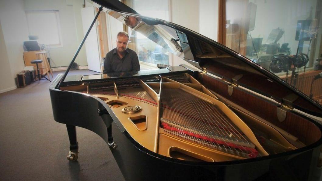 KLAR FOR Å SPILLE: Her, på dette Petrof-flygelet i studio på Sofiemyr, komponerer Cegard Schow sine mesterverk. Nå skal han spille live i Kolben!