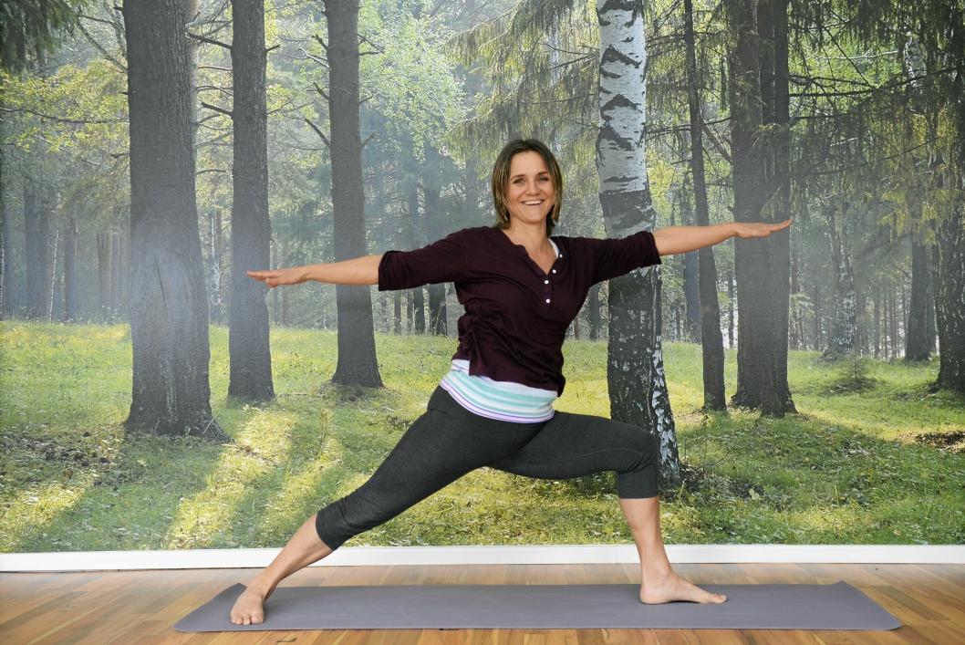 ALLE KAN BLI MED: – Yoga er det du vil det skal være for deg, sier Carina Jensen.