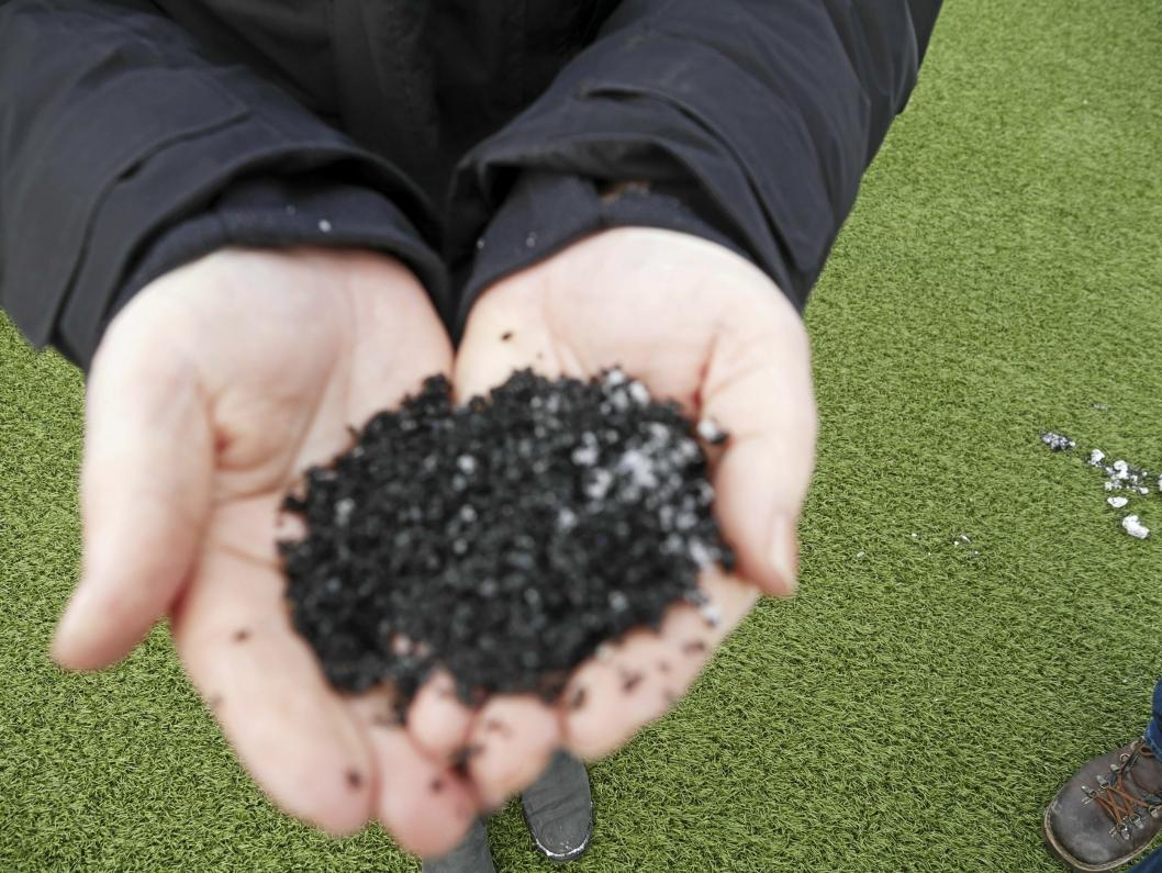 SLIK SER DET UT: Dette er det omdebatterte granulatet, som brukes på kunstgressbanene på Sofiemyr og på Østre Greverud.