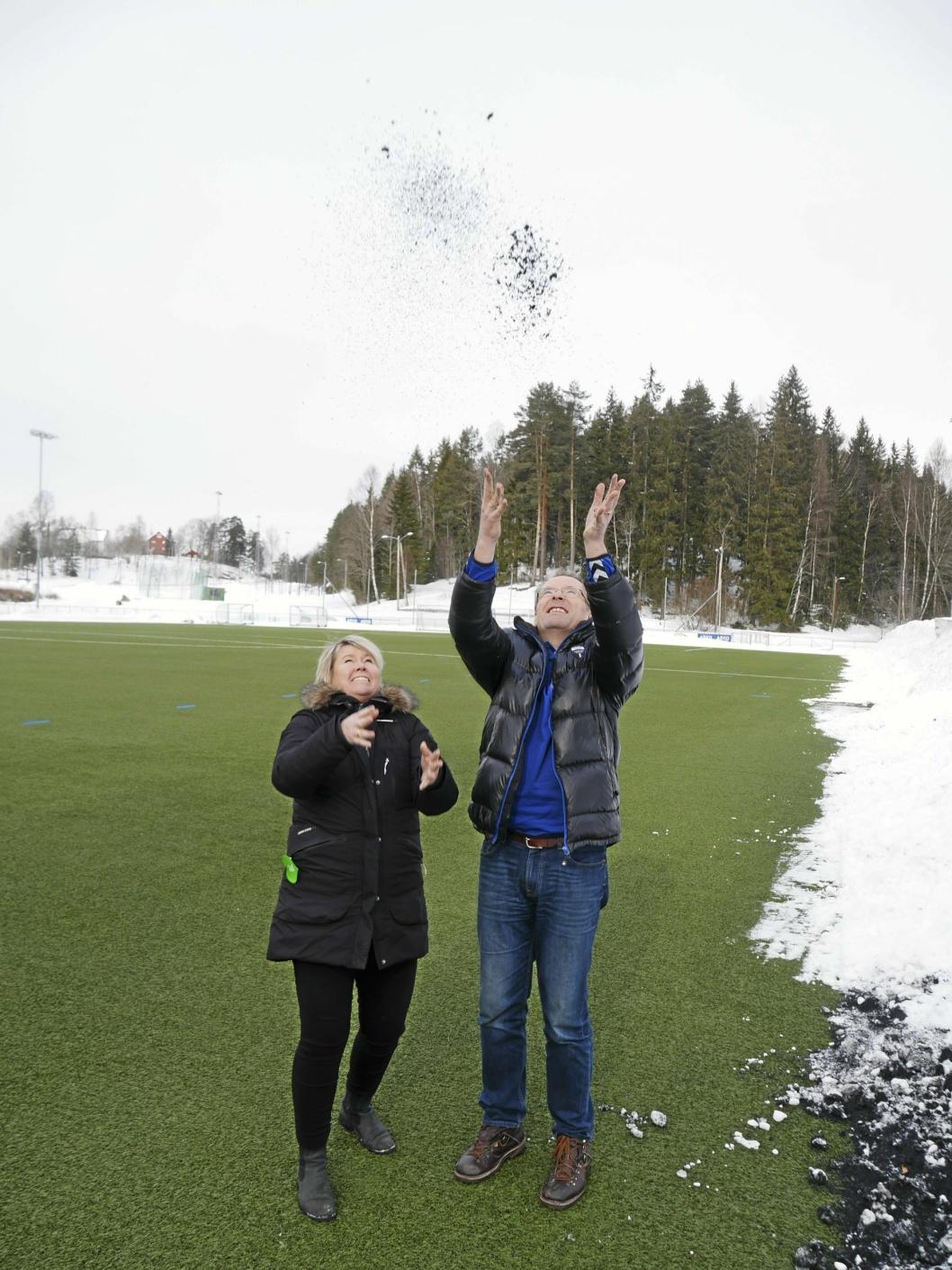 GRANULAT I LUFTEN: Daglig leder Hege Frøyna i OI (t.v.) og daglig leder i Kolbotn IL, Harald Vaadal, bruker mye gummigranulat på de vinterdrevne kunstgressbanene. Nå må nye tiltak settes inn.