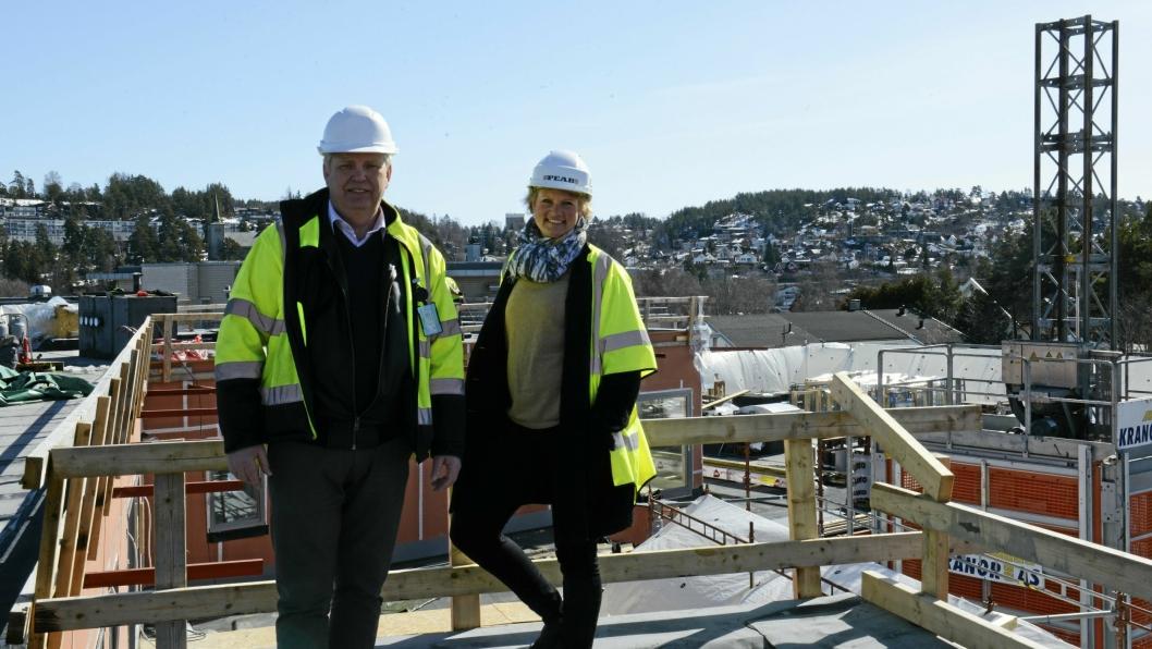 HELT PÅ TOPP: Byggherre Lars Gravermoen og eiendomsmegler, Tone Vørrang, viser stolt frem både fremdrift og utsikt fra toppen på Kantor Terrasse.