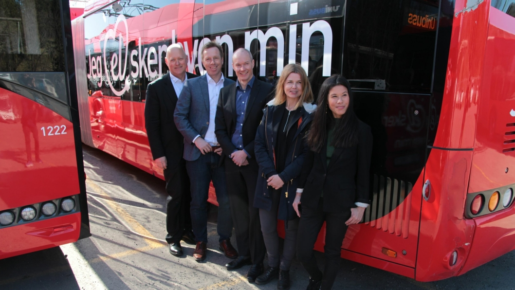 FORNØYDE: Øystein Svendsen (Unibuss), Atle Rønning (Norgesbuss), Jan Volsdal (Nobina), markedssjef Ellen Rogde i Ruter og byråd Lan Marie Berg.