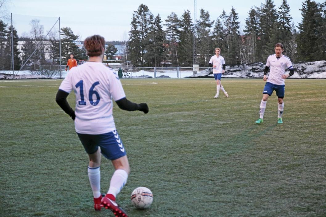 KJEMPER OM POENGENE: Kolbotns herrelag i fjerdedivisjon kjemper hardt om poengene i år også. Årets første hjemmekamp var mot Oslo City.