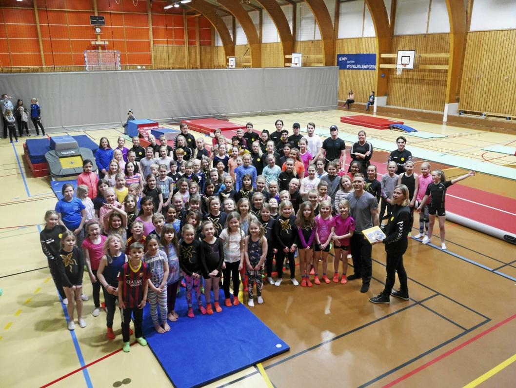 EN HELT SPESIELL TRENING: Oppegård IL Turn og Barn fikk besøk av selveste Espen Jansen, som kjørte treningen for en kveld. Her ser du hele gjengen samlet!