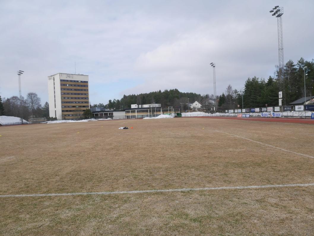 SPILLEKLART: Det er ikke akkurat dørmmeforhold på Sofiemyr stadion, men det blir match til helgen mellom Kolbotn og Lyn i toppserien. I dag trente jentene på banen for første gang denne sesongen.