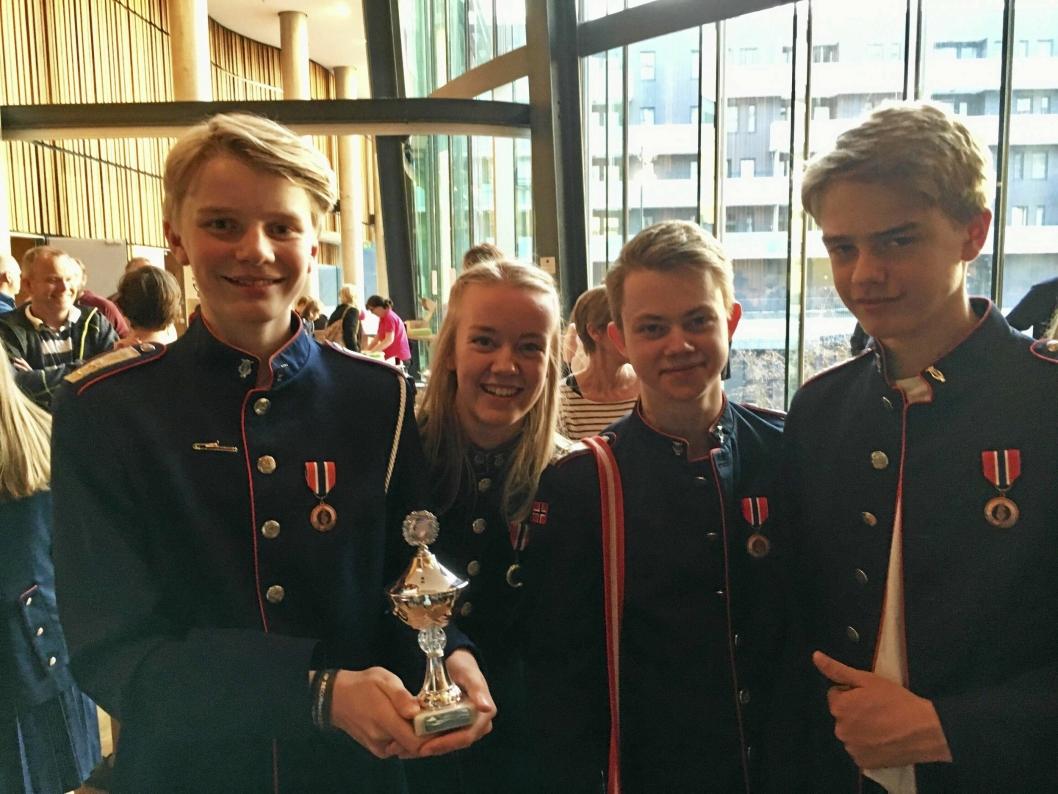 DISTRIKTSMESTERSKAP: Her er de tillitsvalgte i korpset under premieutdelingen på DM. Fra venstre står Kristian Egge-Jordheim, Sarah Dahl, Simen Elgsås og Anders Egge-Jordheim.
