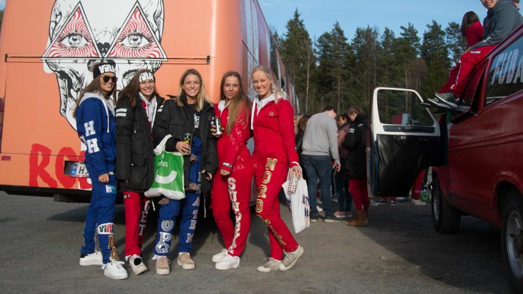 f.v. Hanne Hovden, Andrea berget, Lea Flaten, Selma Sundbye, Trine Nordlie på bussen Viral.