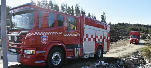 Her kjører brannvesenet inn på Taraldrud
