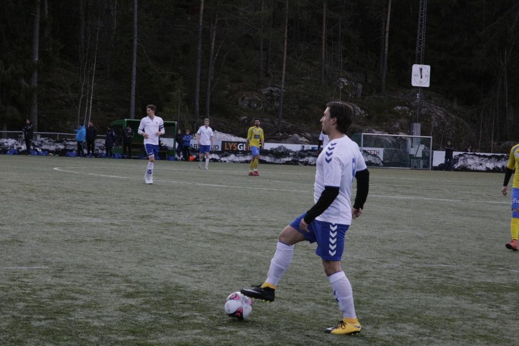 KONTROLL: Midtbanespiller Patrick Hagen Pedersen leter etter pasningsmuligheter
