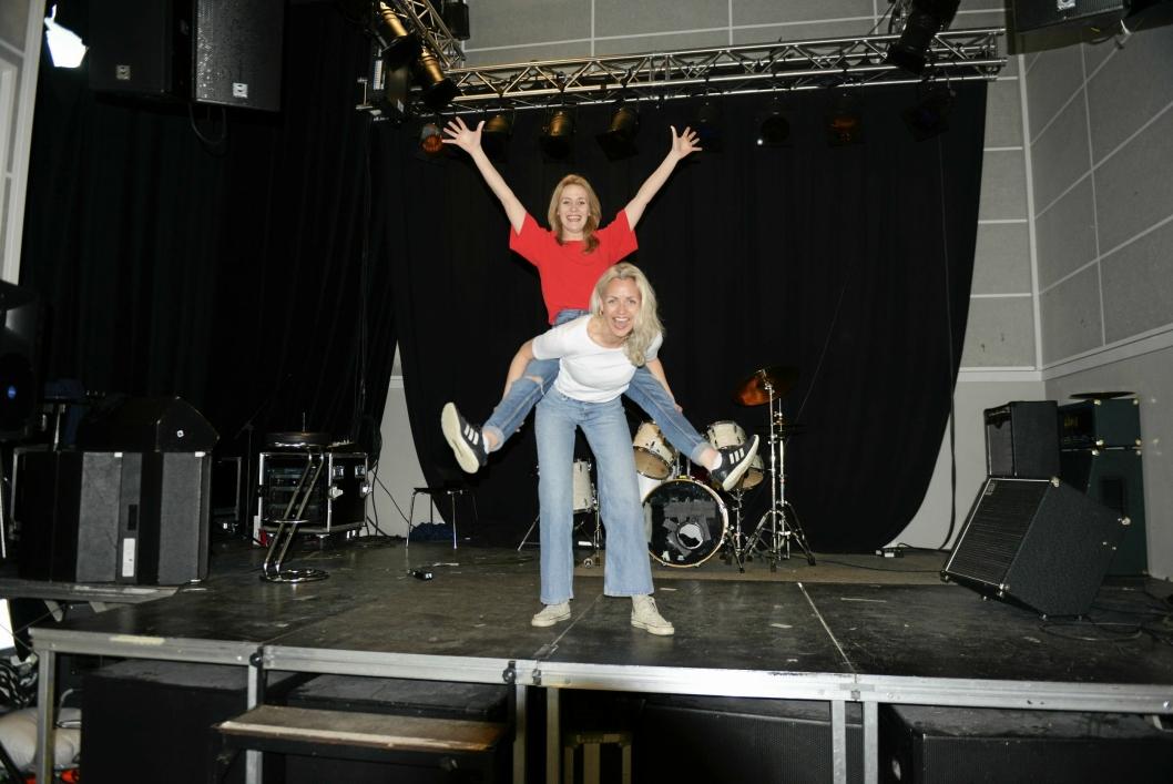Rampe-jenter: Ida Marie Bakkerud (foran) og Nina Dehle skal, sammen med Klaus Enger, lage musikal-moro for Oppegård-barna i sommerferien.