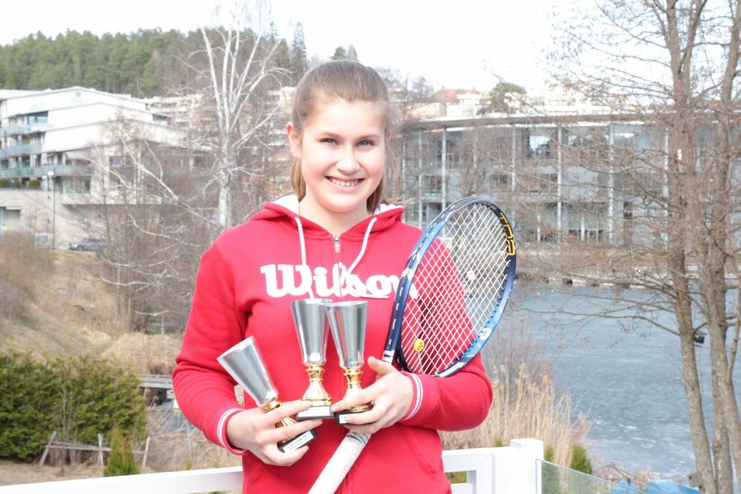 POKALER: Jenta fra Kolbotn har vunnet massevis av pokaler i sin tidlig alder. Hun vil skaffe seg enda flere