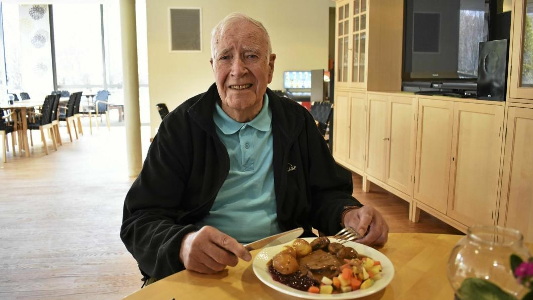 SKULLE SPISE GRØT: Haldor Brekke (87) trodde han skulle spise grøt i dag, men fikk heller servert en tallerken med svært kortreist mat: Greverud-elgen. – Dette var nydelig, sier han.
