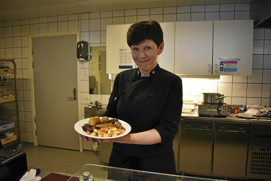 VERSÅGOD: Her serverer Ulla Solberg, kantinesjef på Greverud sykehjem, den berømte elgen med poteter, tyttebær, saus og grønnsaker.