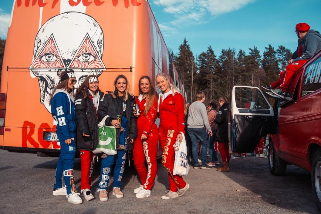 GIKK VIRALT: F.v. Hanne Hovden, Andrea berget, Lea Flaten, Selma Sundbye, Trine Nordlie på bussen Viral.