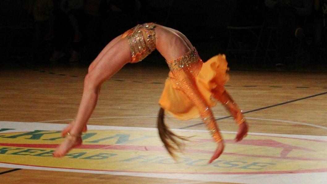 FLIKK FLAKK: Follo Dansestudio hadde danseshow i Langhushallen søndag 1. mai. Her er Minnie Fischer Eriksen i en imponerende flikkflakk-serie. Alle foto: Follo Dansestudio.