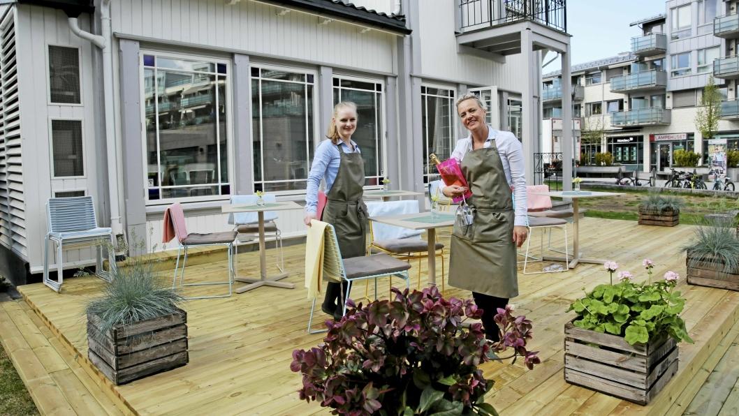 ØNSKER VELKOMMEN: Camilla Liabø (til venstre) og Helene Jahren serverer nå på begge sider av Tårnhuset.