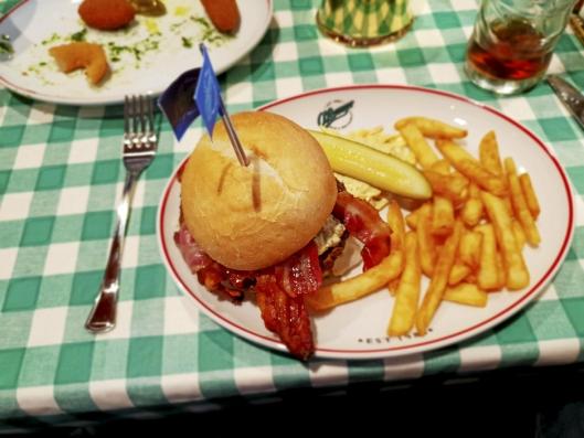 SIKRINGSKOST: Det er ikke alt som er like sunt på den nye restauranten, men ifølge våre «anmeldere» smakte det godt!