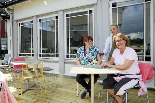 ETT GLASS ROSÉ, TAKK: Ingeborg Ekdahl (til venstre) og Lilleba Fauske nyter solen på den nye uteserveringen.