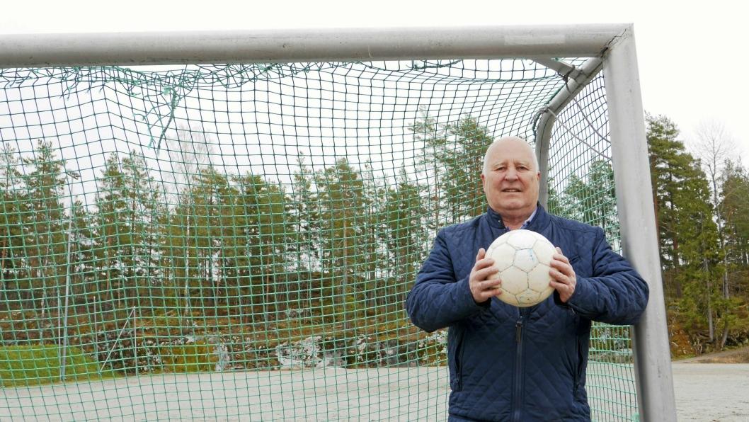 FULL KONTROLL: Håkon Bekkestad sier han gleder seg til å ønske velkommen til kommunens nye kunstgressbane.