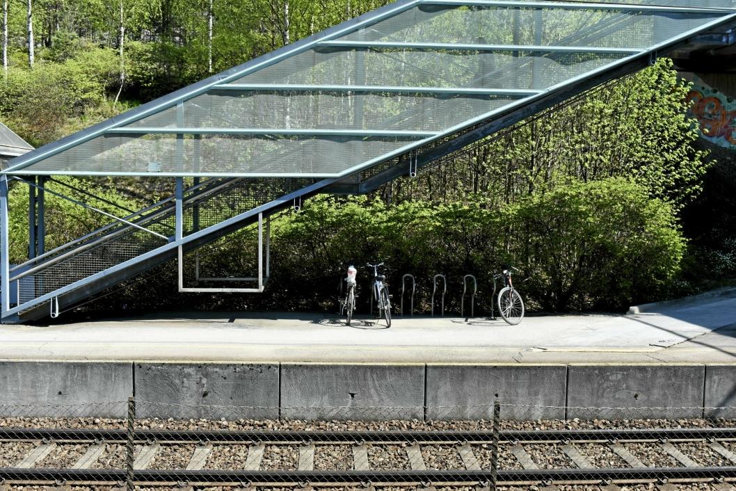 SYKKELPARKERING: Noen har syklet til toget, og tatt jernbanen derfra.