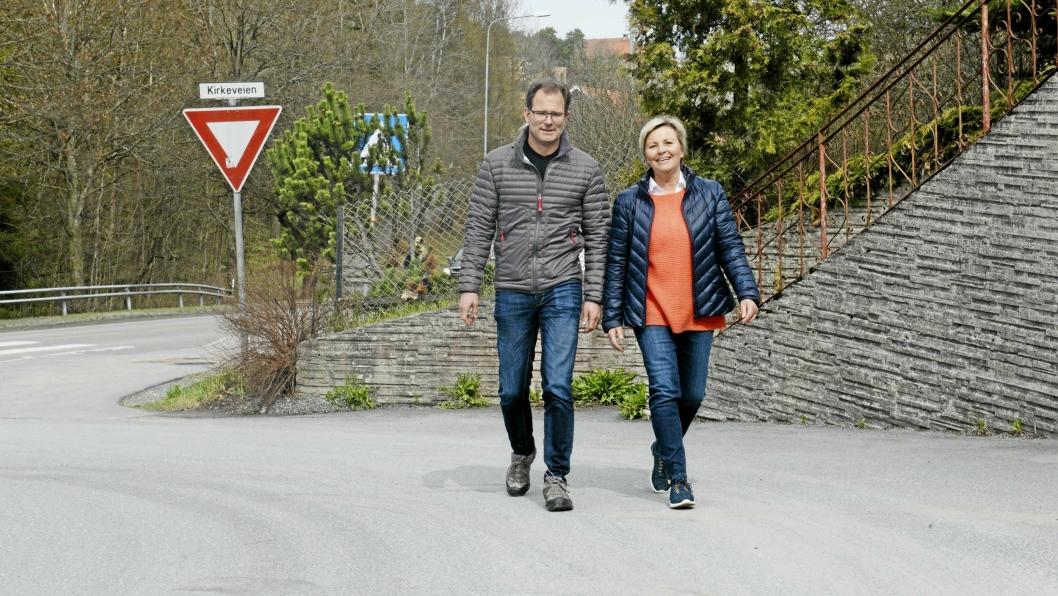 NYE VEIER: Stein Engebretsen, avdelingsleder på geodatata og oppmåling i Ski kommune, ogTorunn Sæther, fagleder på kart i Oppegård, jobber med å finne hvilke veinavn som er like i de to kommunene.