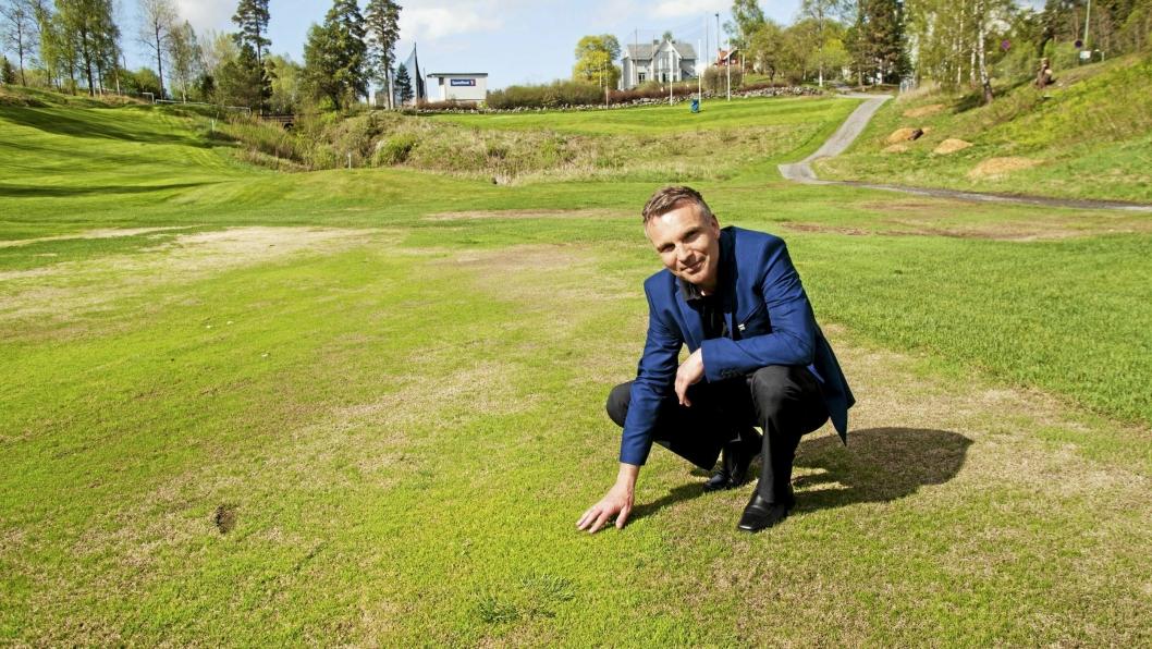 ENDELIG ÅPNET: - Og i løpet av juni vil vi se Oppegård-kvalitet på greenene igjen, sier daglig leder Frode Valle, her på fairwayen på hull 10.