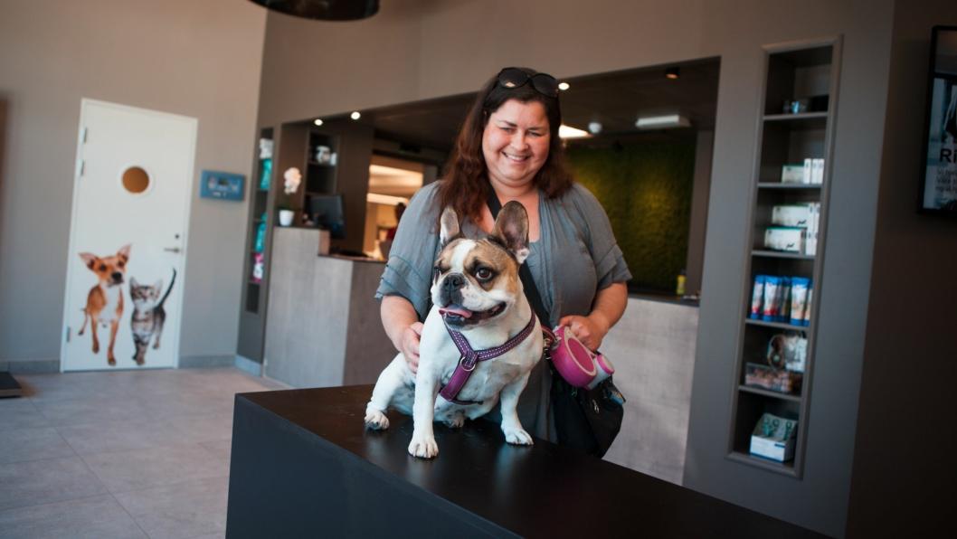 SMIL FRA ØRE TIL ØRE: Cathrine Johansen og hunden Frida var i klinikken på åpningsdagen 22. mai. –Jeg er kjempefornøyd med Kolbotn Dyreklinikk. Frida elsker å komme hit, forteller Cathrine.