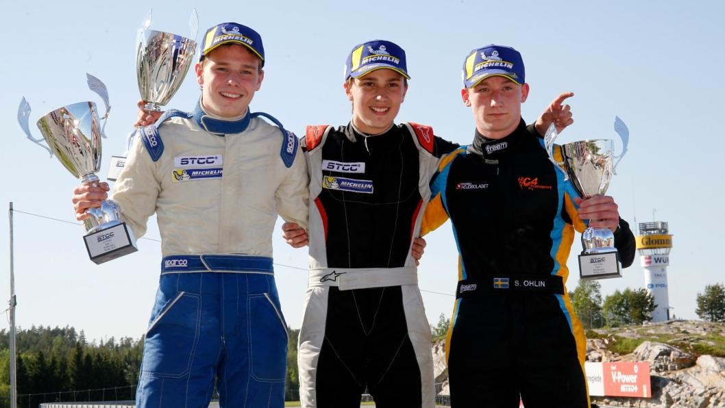 DE TRE MUSKUTERER: Dette er de tre unge sjåførene i Team Greenpower, og vår gutt fra Greverud, Edward Sander Woldseth, står helt til venstre.