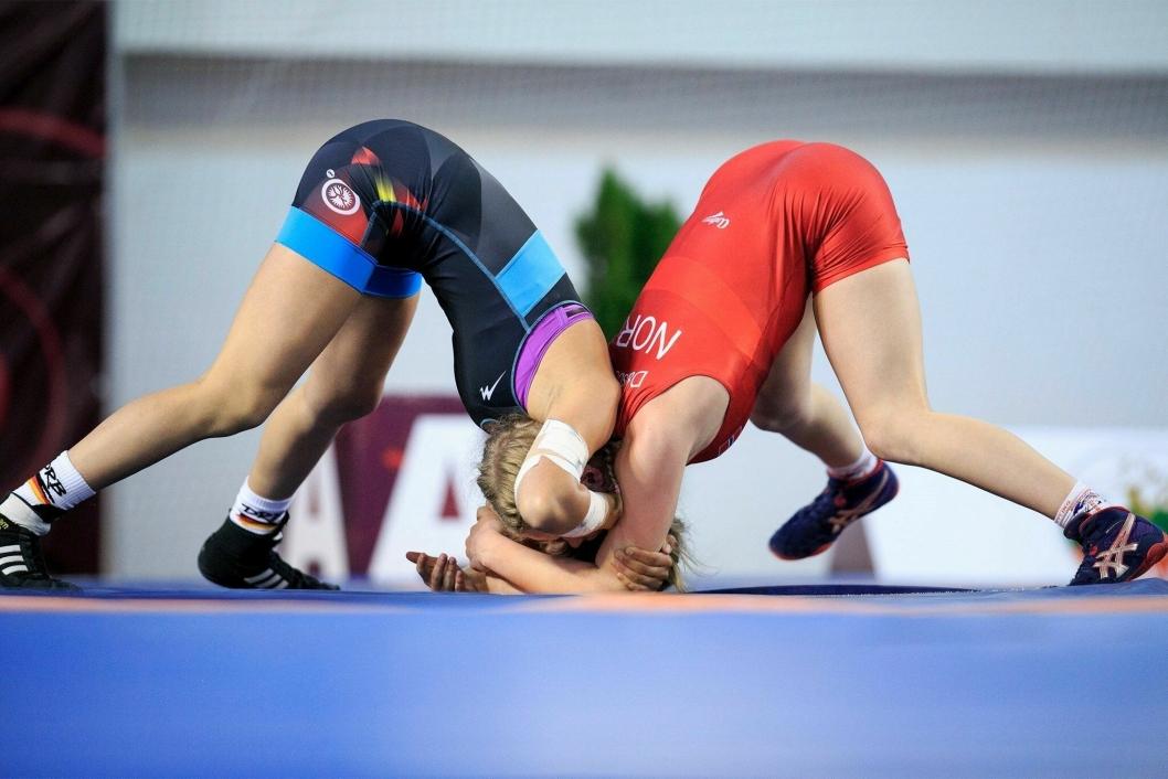 RØDT MOT BLÅTT: Julie i rødt møtte tyske Hanna Frotscher i bronsekampen.