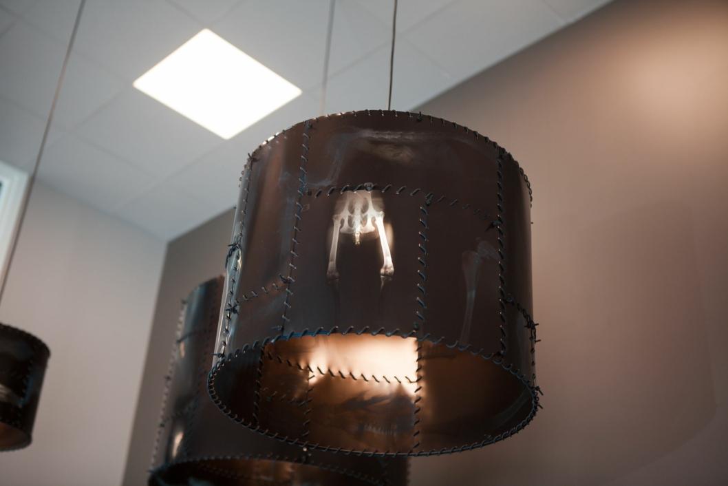 KREATIVT: I taket er lampeskjermene laget av røntgenbilder til tidligere pasienter.