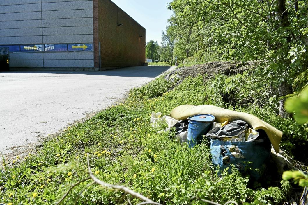 BAK HURLUMHEIHUSET: Her ligger søppelet, fullt synlig fra veien.
