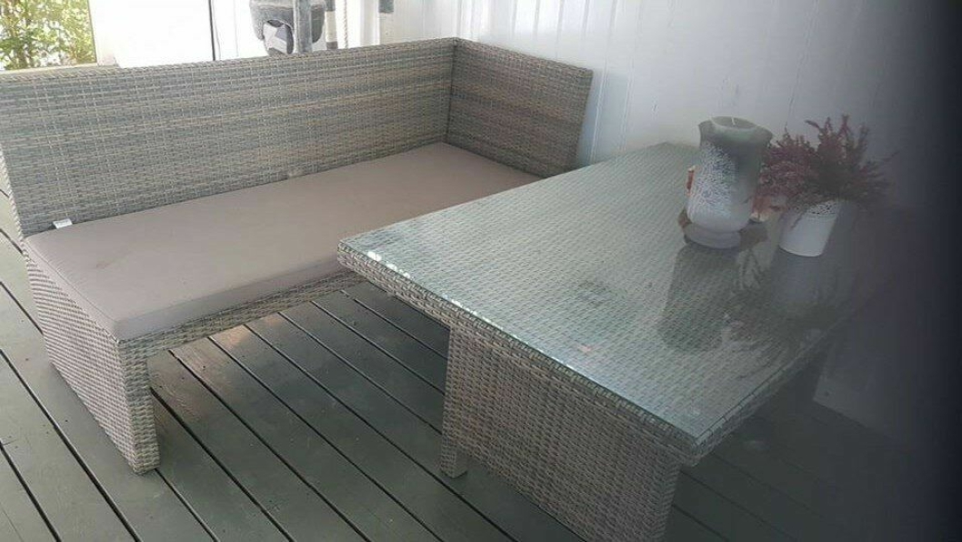 STJÅLET: En sofa, et bord med glassplate, en benk og to store puter.